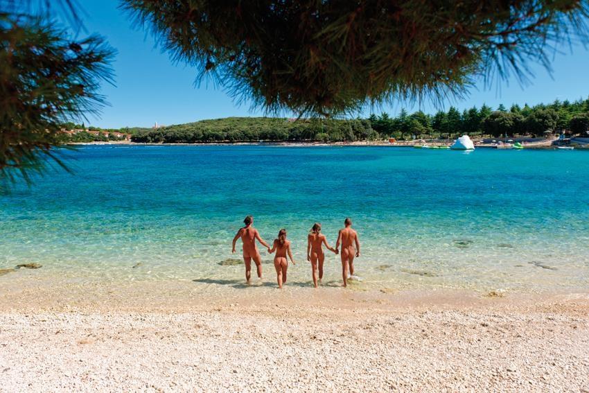 nudisták erekcióval a tengerparton fotók